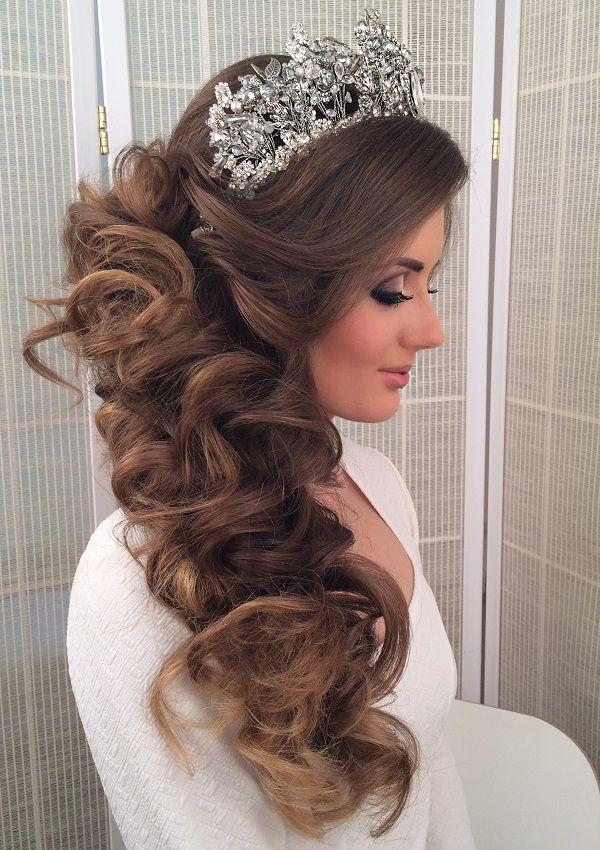 Прически на свадьбу с короной на длинные волосы