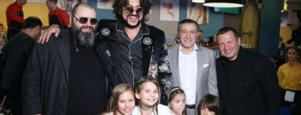 Звезды от детьми поздравили Максима Фадеева равным образом Эмина Агаларова от открытием ресторана «У дяди Макса»