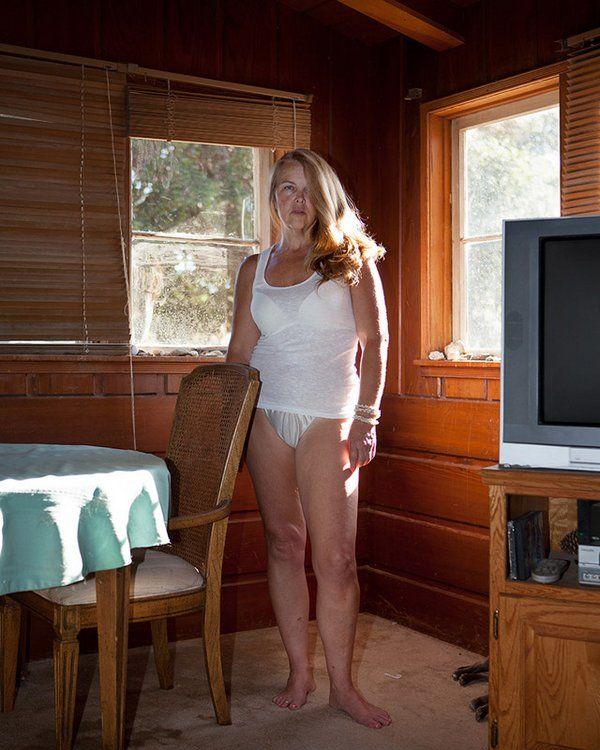 Жена по дому ходит голая самого