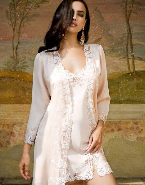 Фото девушки в свадебном белье