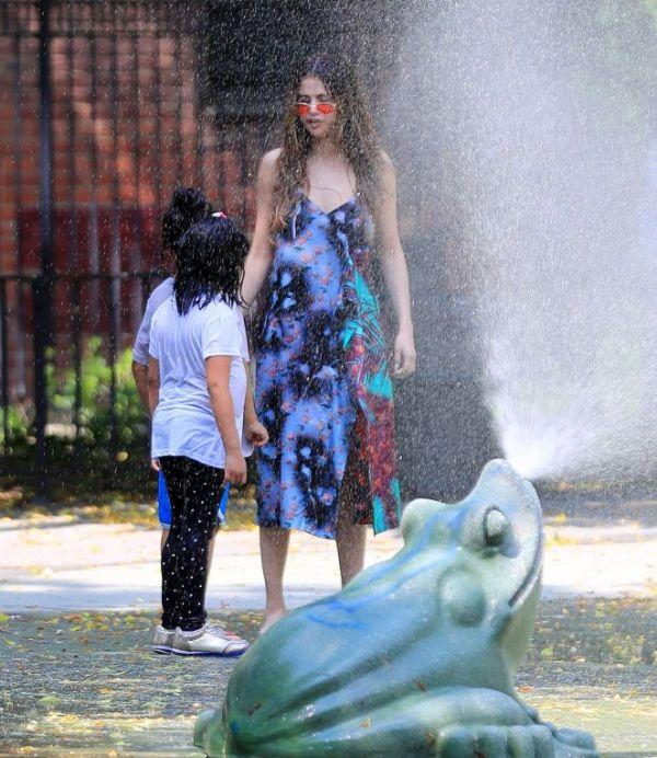 Селена Гомес на детской площадке веселится с малышами