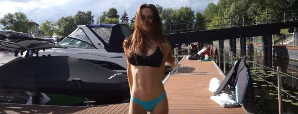 Мэри Шум устроила покатушки на вейксёрфе в компании четырёх парней (видео)
