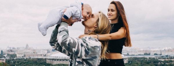 Мэри Шум с Александром Тихомировым и сыном Космосом представила семейную фотосессию